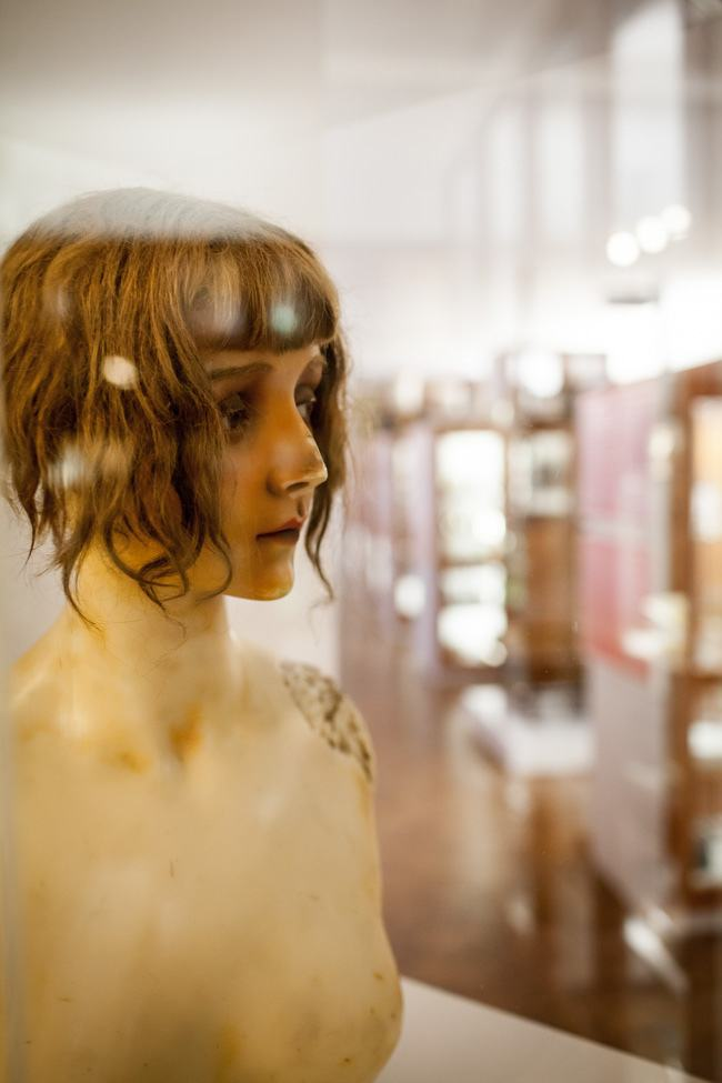 Wachsbüste Lulu und Blick in die Dauerausstellung des Werkbundarchiv - Museum der Dinge